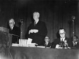 Gruppenaufnahme mit Präsident Kongreß englischer Gewerkschaftsbund Charles Dekes und Generalsekretär Britischer Gewerkschaftsbund a.D. Lord Walter Citrine und Generalsekretär Britischer Gewerkschaftsbund Vincent Tewson