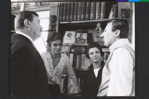 Anouk Aimée, Giovanna Ralli, Paolo Spinola e Gino Cervi, in visita, sul set de La fuga (Paolo Spinola, 1964)