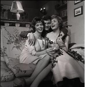 Dawn Addams, Henri Vidal e Lauretta Masiero sul set di Pensione Edelweiss (Ottorino Franco Bertolini, 1959)