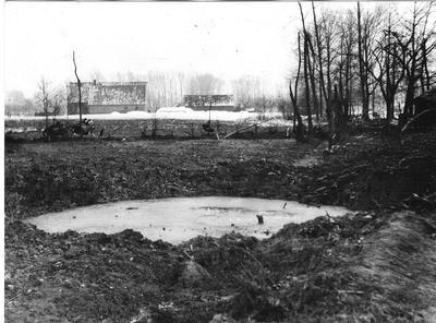 Bij een luchtgevecht boven Lintelo op 8 januari 1943 komt in de nabijheid van het woonhuis van de familie Hiddink een zware bom terecht. Het huis wordt geheel verwoest en Gerrit Jan Hiddink, door bomscherven getroffen, is op slag dood en zijn elfjarig zoontje Willem overlijdt enkele uren later. Op de achtergrond boerderij De Koop van W. Seinhorst. Uit het boek Aalten in Oorlogstijd van J.G. ter Horst