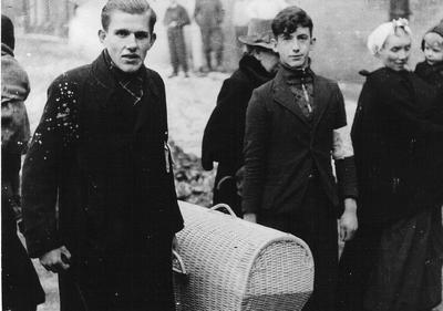 Jonge Scheveningse moeders vinden bij aankomst in Aalten behulpzame vrijwilligers voor het vervoeren van de baby. Uit het boek Aalten in Oorlogstijd van J.G. ter Horst