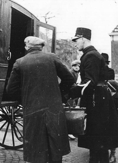 Voor sommige Scheveningse evacués stond een rijtuig klaar om hen naar hun nieuwe verblijf op één van de buurtschappen te brengen op 12 januari 1943. Uit het boek Aalten in Oorlogstijd van J.G. ter Horst