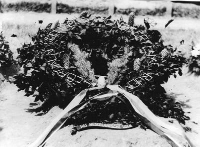 Vijf jonge Engelse vliegers kwamen om het leven in de nacht van 26 juni 1943 nadat hun vliegtuig door een Duitse nachtjager was neergeschoten. Het toestel stortte neer in IJzerlo. Zij werden met militaire eer op Berkenhove begraven. De krans met linten in de nationale driekleur en de woorden gebroken vleugels - onsterfelijke roem op het middelste graf was ondertekend met Het Nederlandse Volk Uit het boek Aalten in Oorlogstijd van J.G. ter Horst
