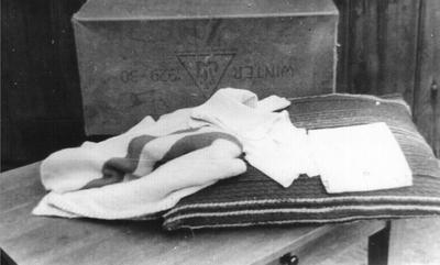 De doos met kleertjes waarin de kleine Willem Herfstink door de plaatselijke huisarts dokter Der Weduwen te vondeling