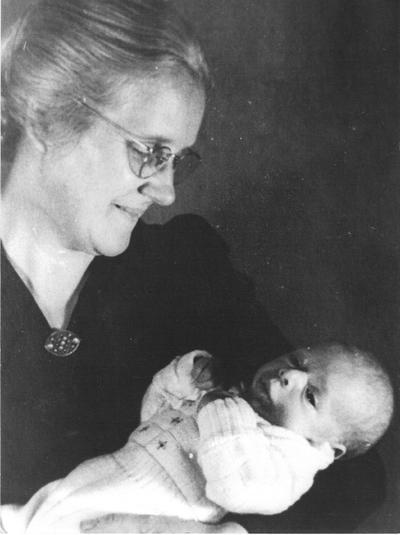De joodse vondeling Willem Herfstink op de arm van zijn pleegmoeder mevrouw D.G. Wikkerink-Eppink. Hij werd op de eerste herfstdag van 1943 te vondeling gelegd op de stoep van de familie Wikkerink aan de Patrimoniumstraat. Uit het boek Aalten in Oorlogstijd van J.G. ter Horst