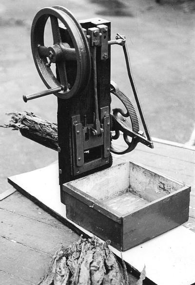Een tabakssnijmachine, geconstrueerd door smid G.B. Heijnen, zowel voor handbediening te gebruiken als met een electromotor, die in de oorlogsjaren bij Lurvink in de Piet Heinstraat in gebruik was. Uit het boek Aalten in Oorlogstijd van J.G. ter Horst
