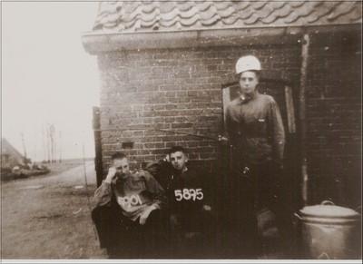 B.W. Noordam (5901) en C. Buijs (5895) die vanuit het concentratiekamp in Amersfoort naar Duitsland werden vervoerd, wisten tijdens het transport in Duitsland te ontvluchten. Daags na hun terugkeer op boerderij De Scheper in Barlo werd deze foto in hun gevangeniskleding gemaakt. Uit het boek Aalten in Oorlogstijd van J.G. ter Horst