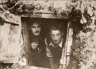 B. Jansen en B.W. van Eerden aan de ingang van een schuilplaats aan de Varsseveldsestraatweg. Het luik was met zoden belegd. Uit het boek Aalten in Oorlogstijd van J.G. ter Horst