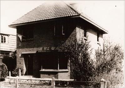 Twee dagen nadat Ome Jan Wikkerink door vrienden uit de gevangenis was bevrijd koelden de Duitsers hun woede op de woning van de terrorist door er een hoeveelheid handgranaten in te gooien waardoor het huis uitbrandde. De schade bleef beperkt omdat de brandweer was uitgerukt die gelegenheid kreeg om te blussen. (Deze foto werd na de bevrijding gemaakt: de oranjevlag hangt uit). Uit het boek Aalten in Oorlogstijd van J.G. ter Horst