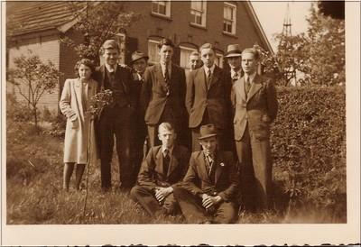 Groepsfoto IJzerlo mei 1944. Staande v.l.n.r.: Jo Faas (vrouw van Anton L.), Anton Lockhorst (Jan van de Huisstede), onbekend, onbekend, Bernard v. Wijnveen (thuis:Huisstede), Gert Visser ('t Roele), Albert v. Lochem (thuis), Arie Loeff (Egelsmate), Zittend v.l.n.r.: onbekend, Dirk v. Ginkel (ondergedoken bij v. Lochem).