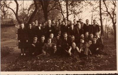 Onderduikers op het erf van boerderij Stemerdink in IJzerlo in 1944. Staande v.l.n.r.: 1. dochter van Stemerdink, 2. moeder Stemerdink, 3. onbekend, 4. onbekend, 5. boer Stemerdink, 6. onbekend, 7. onbekend, 8. ds. Bouman van Almelo, 9. onbekend, 10. Penning uit Enschede, 11. onbekend, 12. onbekend, 13. G.R. Visser uit Amerongen, 14. onbekend, 15. Johan Koskamp (Olde Kerkhof), 16. Hans Teeuw (Jan uit den Bos), 17. onbekend, 18. onbekend, 19. onbekend, 20. F. 's Gravenzande, 21. zoon van Stemerdink, 22. onbekend, 23. onbekend, 24. Dirk v. Ginkel (v. Lochem), 25. onbekend, 26. Piet Spruit, 27. onbekend, 28. onbekend, 29. onbekend, 30. Anton Lokhorst, 31. en 38. gebr. Moerland, 32. Huib Spruit, 33. en 39. Henk en Iman de Jong, 34. onbekend, 35. onbekend, 36. onbekend, 37. zoon van Stemerdink, 40. onbekend