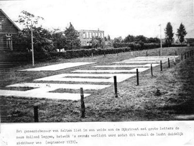 Met grote letters liet het gemeentebestuur van Aalten in de koeweide aan de Dijkstraat in de mobilisatietijd de naam Holland aanleggen hetwelk 's avonds verlicht werd zodat dit vanuit de lucht duidelijk zichtbaar was. Uit het boek Aalten in Oorlogstijd van J.G. ter Horst