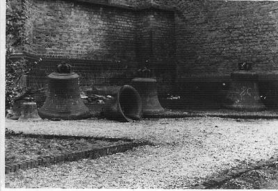 De vier klokken die uit de Nederlands Hervormde Kerk in Aalten geroofd werden op 18 februari 1943. Uit het boek Aalten in Oorlogstijd van J.G. ter Horst