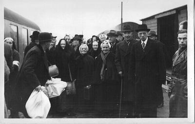 Aalten biedt onderdak aan 500 Scheveningse evacués die op het station arriveren op 12 januari 1943. Uit het boek Aalten in Oorlogstijd van J.G. ter Horst
