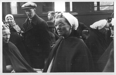 Aankomst Scheveningse evacués op het station in Aalten op 12 januari 1943.