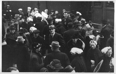 Scheveningse evacués ariveren op het station in Aalten in 1943.