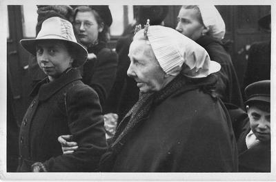 Meest oudere mensen en jonge moeders met kinderen waarvan de mannen op zee waren, arriveren in Aalten op 12 januari 1943. Uit het boek Aalten in Oorlogstijd van J.G. ter Horst