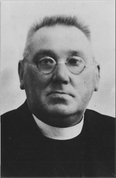 Pastoor C.F.B. van Rooyen, geboren 13 februari 1876, overleden 28 januari 1945 nadat de pastorie door bommen was geraakt. Hij was sinds 1916 pastoor in Aalten. Uit het boek Aalten in Oorlogstijd van J.G. ter Horst