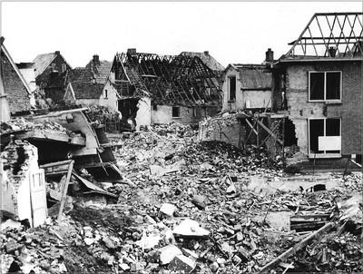 Verwoesting op het kruispunt Bredevoortsestraat - Prinsenstraat in Aalten na het bombardement op 24 februari 1945. Er zijn zeven doden en enorm veel materiële schade. Uit het boek Aalten in Oorlogstijd van J.G. ter Horst