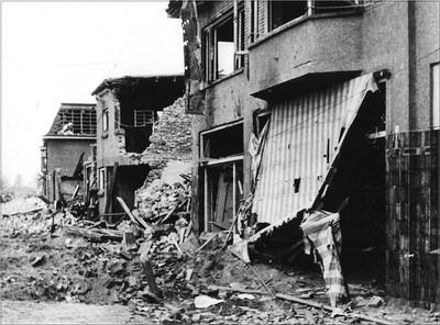 Na het bombardement in de Dijkstraat in Aalten op zaterdag 24 maart 1945. Er zijn 18 doden en een aantal gewonden. De materiële schade is groot. Uit het boek Aalten in Oorlogstijd van J.G. ter Horst
