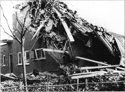 Nabij de Koembrug werd ook de Stationsstraat op 24 maart 1945 door een bombardement getroffen. Ook hier veel materiële schade. Uit het boek Aalten in Oorlogstijd van J.G. ter Horst