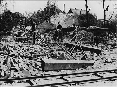 Beeld van de verwoestingen na het bombardement in de Stationsstraat in Aalten op 24 maart 1945. Uit het boek Aalten in Oorlogstijd van J.G. ter Horst