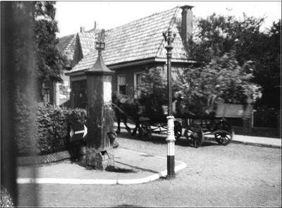 Met allerlei vervoermiddelen zoals fietsen, platte wagens en auto's gecamoufleerd met takken zochten de Duitsers een heenkomen op de laatste dag van de oorlog. Uit het boek Aalten in Oorlogstijd van J.G. ter Horst