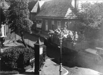 Vluchtende Duitsers op de laatste dag van de oorlog. Uit het boek Aalten in Oorlogstijd van J.G. ter Horst