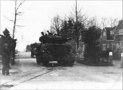 Over de Polbrug, die dankzij twee vrijheidsstrijders behouden bleef, kunnen Engelse tanks door de Polstraat Aalten binnenkomen. Uit het boek Aalten in Oorlogstijd van J.G. ter Horst
