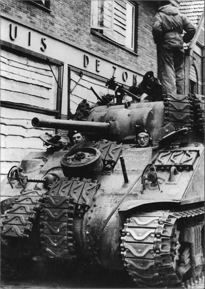 Een Engelse tank in de Bredevoortsestraat in Aalten op 30 maart 1945. Uit het boek Aalten in Oorlogstijd van J.G. ter Horst