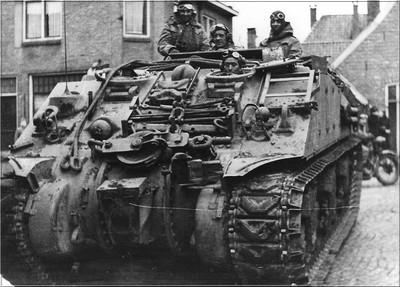 Een Engelse tank op de hoek Landstraat - Varsseveldsestraat in Aalten op 30 maart 1945. Uit het boek Aalten in Oorlogstijd van J.G. ter Horst