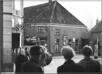 Een Engelse tank op de hoek van de Landstraat en de Varsseveldsestraat in Aalten op 30 maart 1945. Uit het boek Aalten in Oorlogstijd van J.G. ter Horst