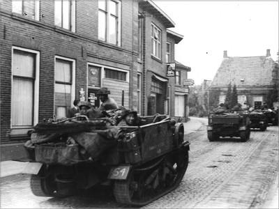 Bevrijders trekken verder de Lichtenvoordsestraat in Aalten op. Uit het boek Aalten in Oorlogstijd van J.G. ter Horst