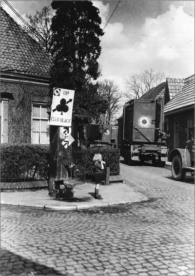 Bevrijders trekken verder de Lichtenvoordsestraat in Aalten in, maart 1945. Uit het boek Aalten in Oorlogstijd van J.G. ter Horst