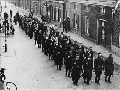 Nederlandse vrijwilligers begeleiden de eerste Duitse krijgsgevangenen over de Markt in Aalten naar het gevangenkamp. Uit het boek Aalten in Oorlogstijd van J.G. ter Horst