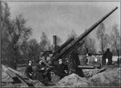 Het geschut dat bij boerderij Roehof in het Aaltense Dale door de Duitsers op 31 maart 1945 werd achter gelaten trok na hun vertrek veel belangstelling. De twee witte ringen om het bovenste gedeelte van de loop betekenen dat met dit geschut twee vijandelijke vliegtuigen zijn neergehaald. Uit het boek Aalten in Oorlogstijd van J.G. ter Horst