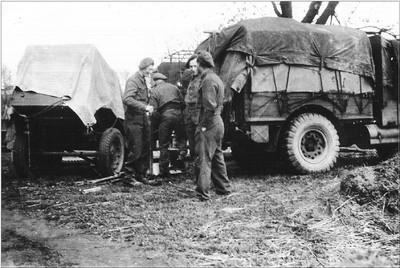 Soldaten bij een Duitse legerauto in de Aaltense Heurne na de bevrijding op 31 maart 1945