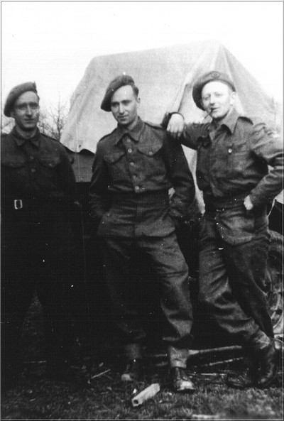 Soldaten poseren na de bevrijding bij een aanhanger van een legerauto in de Aaltense Heurne op 31 maart 1945
