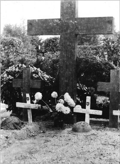Begraafplaats Engelse militairen. Bij de bevrijding van Aalten sneuvelden tien Engelse militairen die op Berkenhove begraven werden. De kruizen zijn later door grafstenen vervangen. Uit het boek Aalten in Oorlogstijd van J.G. ter Horst