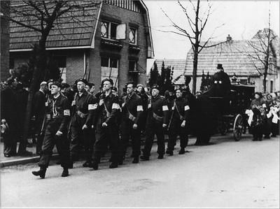 Begrafenis van de verzetsstrijder H. Huinink. Voorop loopt commandant J. Ket met een achttal medestrijders in de stoet op weg naar de begraafplaats Berkenhove. Uit het boek Aalten in Oorlogstijd van J.G. ter Horst