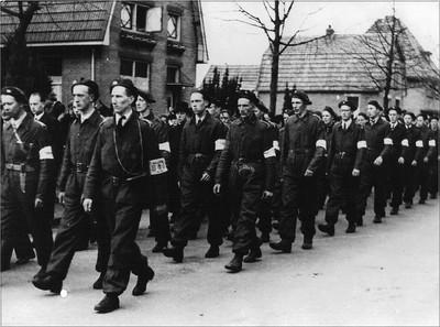 Begrafenis van verzetsstrijder H. Huinink. Achter de lijkkoets volgt een lange stoet van medestrijders. Uit het boek Aalten in Oorlogstijd van J.G. ter Horst