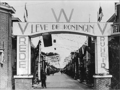 Bevrijdingsfeest in Aalten een paar maanden na de bevrijding. De Bredevoortsestraat had op de kruising met de Prinsenstraat een poort gebouwd. Uit het boek Aalten in Oorlogstijd van J.G. ter Horst