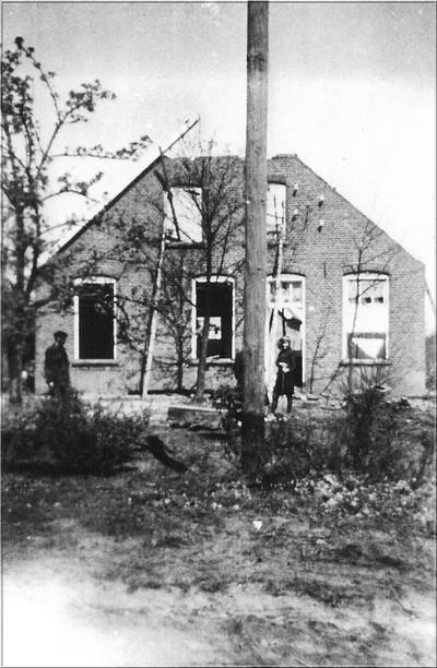 Het bij de bevrijding, 30 maart 1945, verwoeste huis van Beernink, Schulenkampweg.