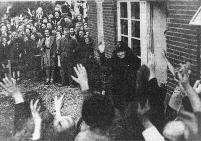Koningin Wilhelmina bracht op 24 oktober 1945 een bezoek aan Aalten, met name aan de leider van het verzet de heer H.J. Wikkerink. Een aantal medewerkers uit het verzet en enige familieleden en vrienden waren uitgenodigd aan de Patrimoniumstraat. Uit het boek Aalten in Oorlogstijd van J.G. ter Horst