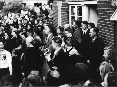 Aanwezigen bij het bezoek van koningin Wilhelmina.: v.r.n.l. J. Allersma, F. Bult, B.G.J. Lurvink. De kleuter met de kruisbandteugels op de rug is Willem Herfstink. Uit het boek Aalten in Oorlogstijd van J.G. ter Horst