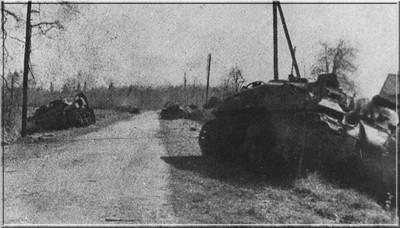 Een aantal door pantservuisten getroffen pantserwagens.