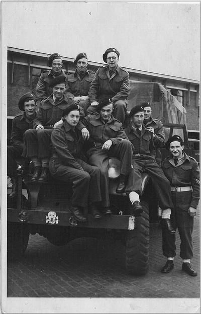 Militairen van het Dutch National Battalion in 1945. V.l.n.r.boven: 1: P. Witjes, 2: H. Onnink, 3: W. Boxhoorn, midden: 4: G.Duvigneau, onder: 5: niet behorend tot het DNB, 6: J.Lensink, 7: H. Bekkers, 8: J. Fikse, 9: J. Vaags, 10: T. Hengeveld