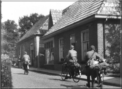 De laatste dag van de oorlog zochten de Duitsers een heenkomen met allerlei vervoermiddelen zoals fietsen, platte wagens en auto's gecamoufleerd met takken. Uit het boek Aalten in Oorlogstijd van J.G. ter Horst