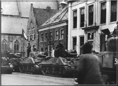 De bevrijders op de markt in Aalten in maart 1945. Uit het boek Aalten in Oorlogstijd van J.G. ter Horst.