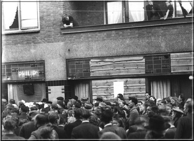 Na de bevrijding van Aalten luistert de bevolking bij Radio Ten Have naar de nieuwsberichten over de verdere bevrijding van Nederland. Dagelijks stond er een grote menigte mensen te luisteren. Uit het boek Aalten in Oorlogstijd van J.G. ter Horst